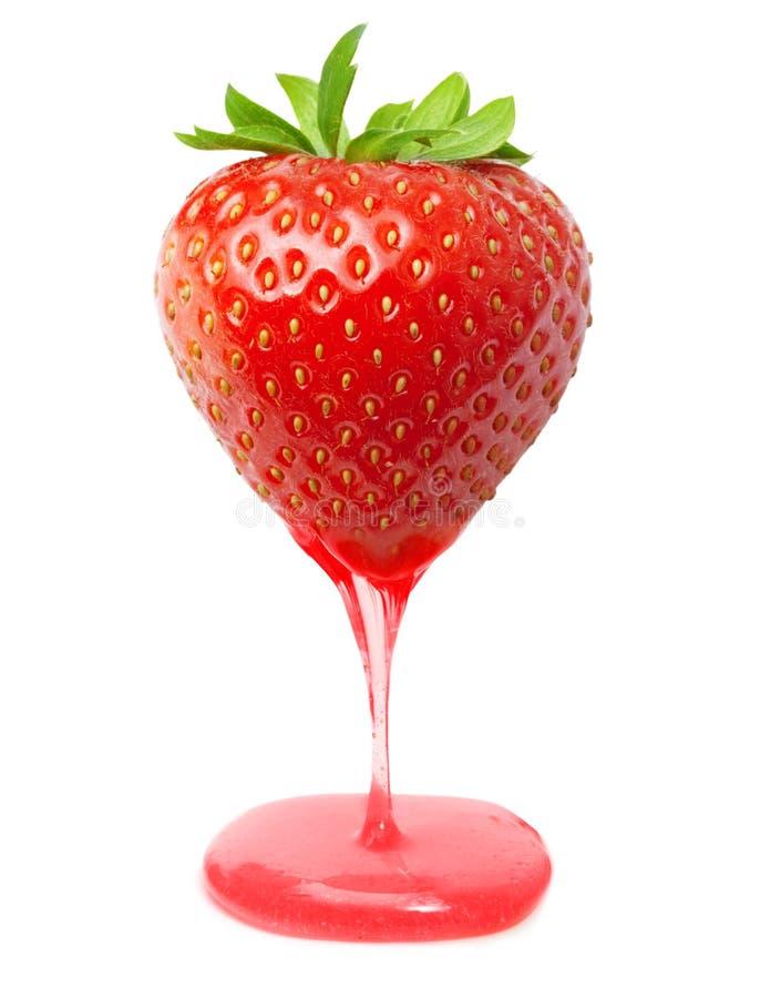 Rote Beerenerdbeere mit Karamell stockfoto