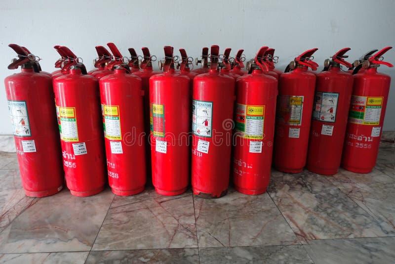 Rote Beh?lter chemischen Feuer extingusher waren die ausgerichtete Aufwartung, zum seiner Leistung vor Wiederverwendung zu ?berpr stockfotografie
