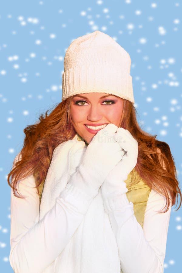 Rote behaarte Frau, die warme Winter-Kleidung trägt lizenzfreie stockbilder