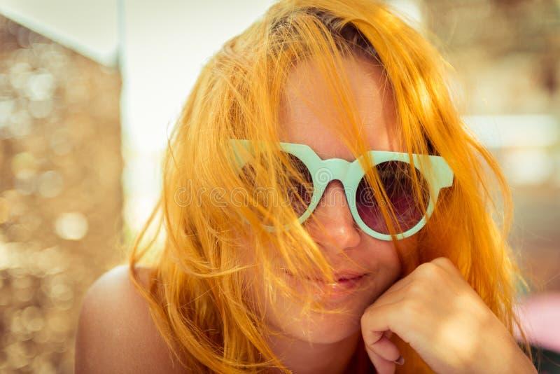 Rote behaarte Frau im Strandcafé lizenzfreies stockbild
