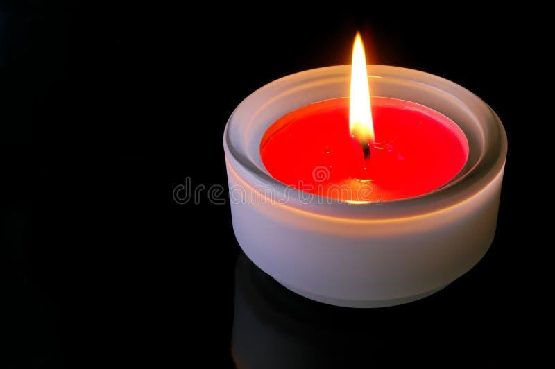 Rote beleuchtete Kerze stockbilder