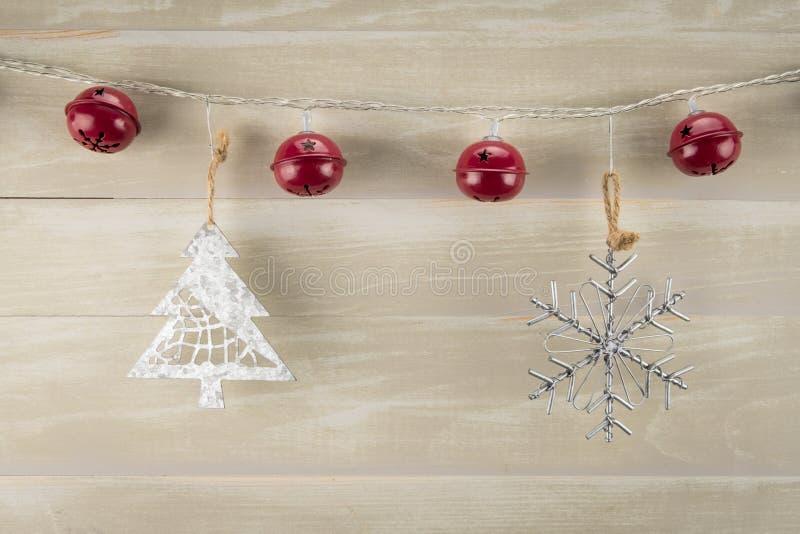 Rote Bell mit Baum und Schneeflocke stockbild