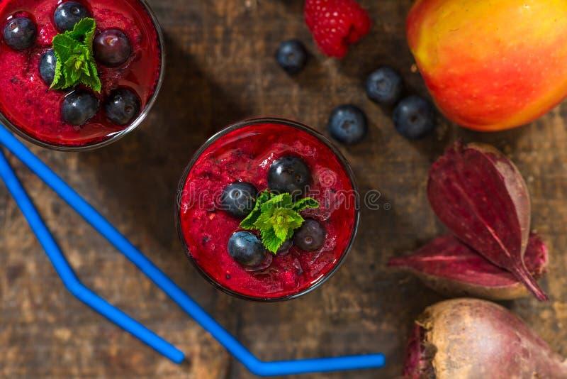 Rote-Bete-Wurzeln, Apfel, Ingwer und Beeren Smoothie lizenzfreies stockfoto