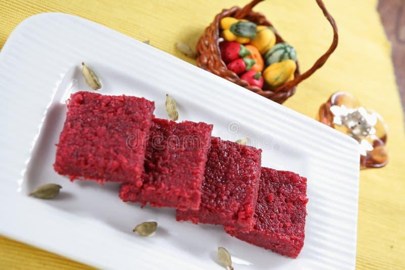 Rote-Bete-Wurzeln Barfi/Burfi Nachtisch/Süßigkeiten lizenzfreie stockfotos