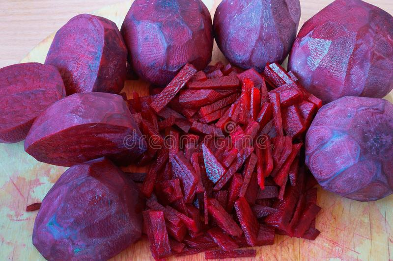 Rote-Bete-Wurzeln geschnittene Streifen, rote Rübe hackten Hälften, rohe Rote-Bete-Wurzeln für das Kochen stockfotos