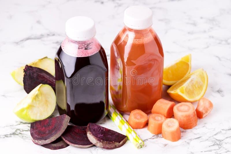 Rote-Bete-Wurzeln Karotten-Orangen-Grün Apple gesunder Juice Detox Juice in der Flaschen-gesunde Diät-Nahrung oben horizontal lizenzfreies stockfoto