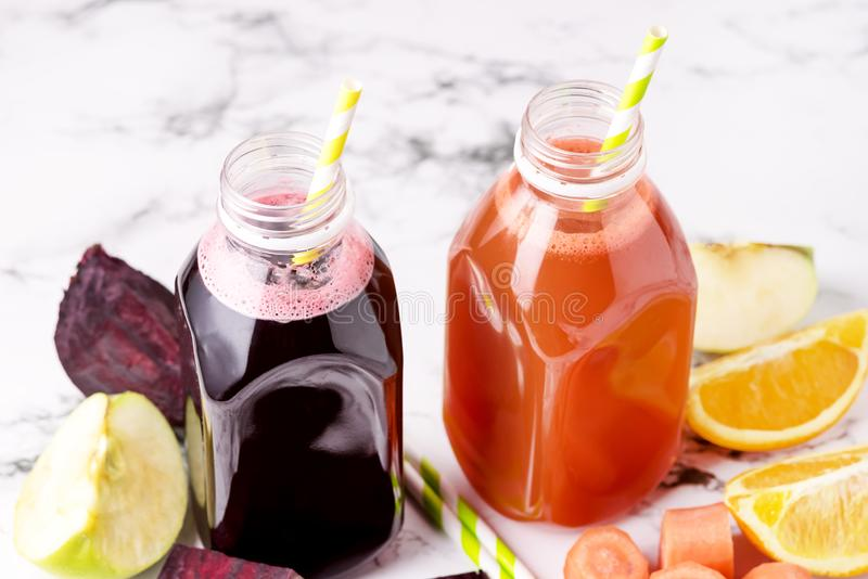 Rote-Bete-Wurzeln Karotten-Orangen-Grün Apple gesunder Juice Detox Juice in der Flaschen-gesunde Diät-Nahrung oben horizontal stockbilder