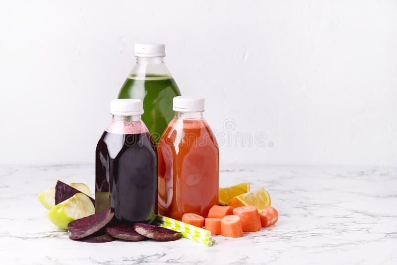 Rote-Bete-Wurzeln Karotten-Orangen-Grün Apple gesunder Juice Detox Juice Flaschen-gesunde Diät-Nahrungsmittelim horizontalen Kopi stockfotografie