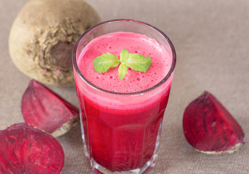 Rote-Bete-Wurzeln Saft im Glas mit Rote-Bete-Wurzeln Gemüse stockfotos