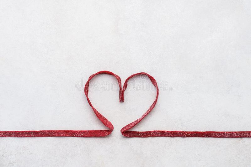 Rote-Bete-Wurzeln Teigwaren in Form des Herzens Gesundes Essenkonzept stockbild