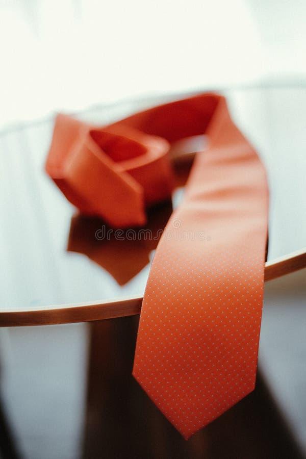 Rote Bindung auf Holztisch, Heirat prepration, Betrothal, formale Bindung lizenzfreie stockbilder