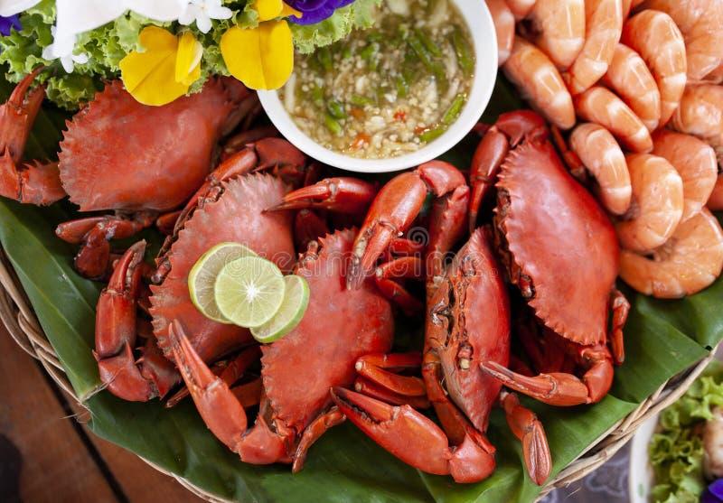 Rote boild Krabbe und Garnele, die den Bambuskorb bereit zum Essen, Meeresfrüchtemahlzeit vereinbart lizenzfreies stockfoto