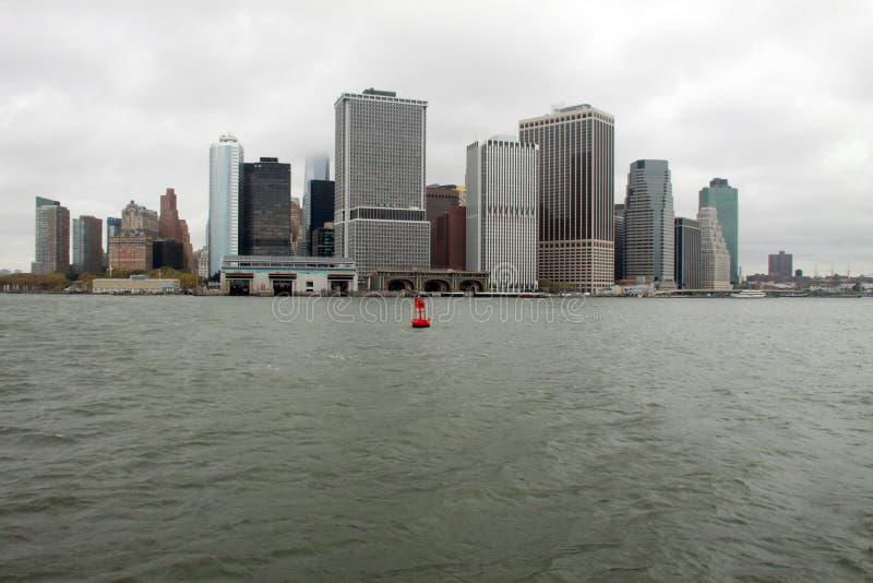 Rote Boje auf dem East River lizenzfreie stockfotografie