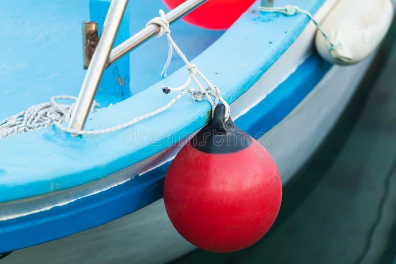 Rote Boje für das Schützen von festgemachten Yachten im Jachthafen lizenzfreie stockbilder