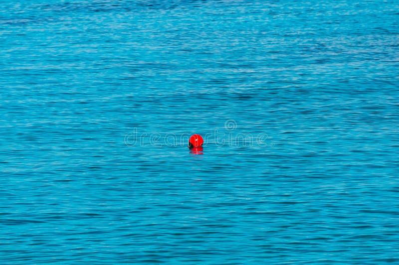 Rote Boje im Meer Die Grenze auf den die Erlaubnis gehabten Platz für das Schwimmen lizenzfreie stockfotografie