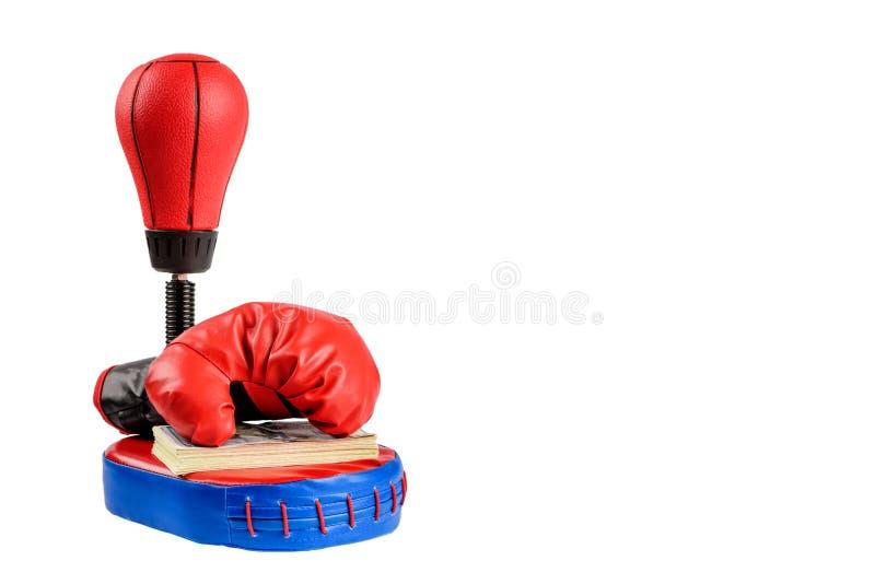 Rote Boxhandschuhe mit Dollarscheinen auf einem weißen Hintergrund lizenzfreie stockbilder