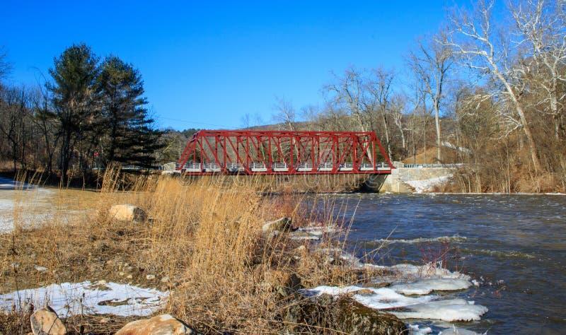 Rote Brücke, die den Housatonic-Fluss überspannt lizenzfreies stockfoto