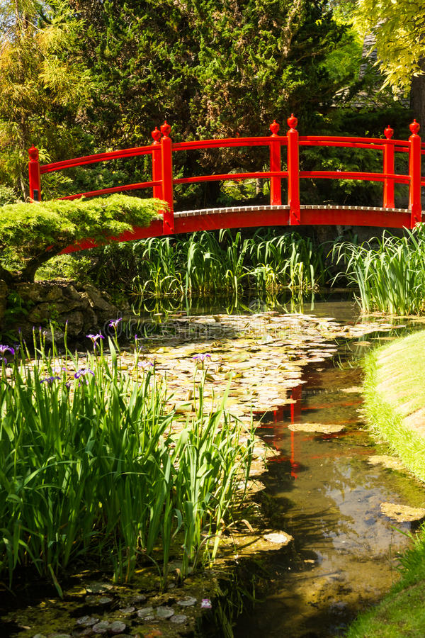 Rote Brücke. Die japanischen Gärten des irischen Hauptgestüts.  Kildare. Irland stockbilder