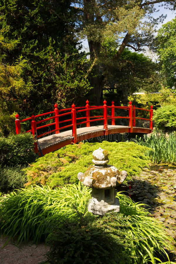 Rote Brücke. Die japanischen Gärten des irischen Hauptgestüts.  Kildare. Irland lizenzfreies stockfoto