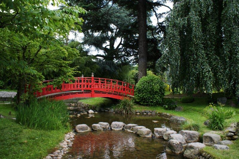 Rote Brücke in einem japanischen Garten lizenzfreies stockfoto