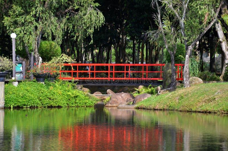 Rote Brücke im chinesischen Garten lizenzfreies stockbild