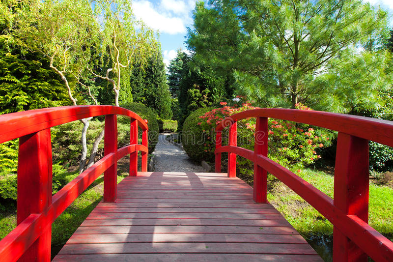 Rote Brücke am japanischen Garten lizenzfreie stockbilder