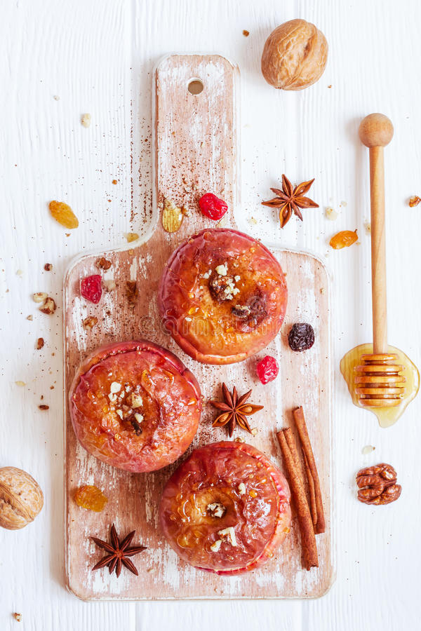 Rote Bratäpfel mit Zimt, Walnüssen und Honig Herbst oder Gewinn lizenzfreie stockfotografie