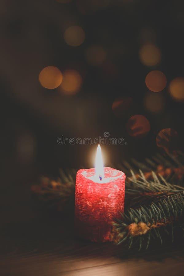 Rote brennende Kerze stockbilder