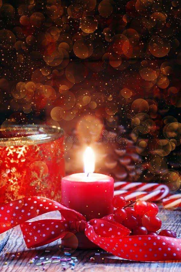Rote brennende Kerze mit Band, Weihnachten- oder neues Jahr ` s backgrou lizenzfreie stockbilder