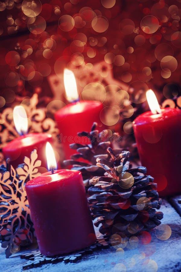 Rote brennende Kerze mit Kiefer shikami und Schneeflocken, Weihnachten a lizenzfreie stockfotografie