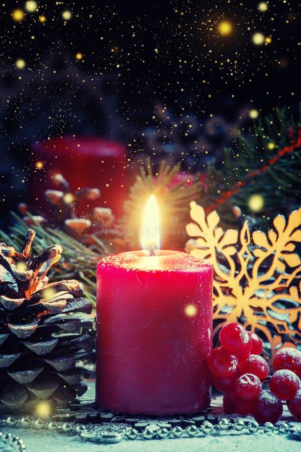Rote brennende Kerze mit Kiefer shikami und Schneeflocken, Weihnachten a lizenzfreies stockfoto