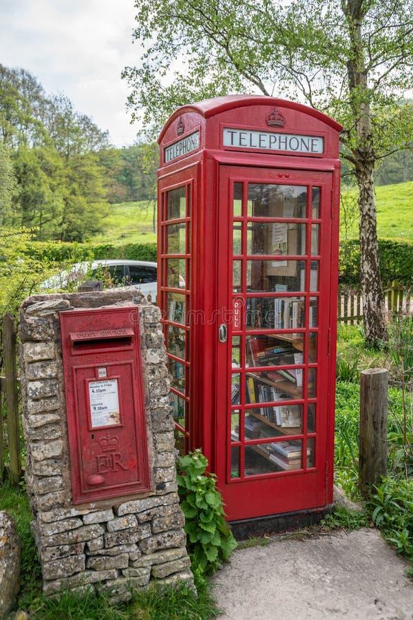 Rote britische Telefonzelle und Briefkasten Sheepscombe lizenzfreies stockbild