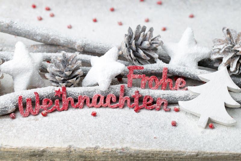 Rote Buchstaben mit Deutschem Frohe Weihnachten bedeutet frohe Weihnachten lizenzfreies stockbild