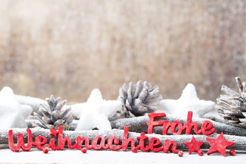 Rote Buchstaben mit Deutschem Frohe Weihnachten bedeutet frohe Weihnachten lizenzfreie stockfotos
