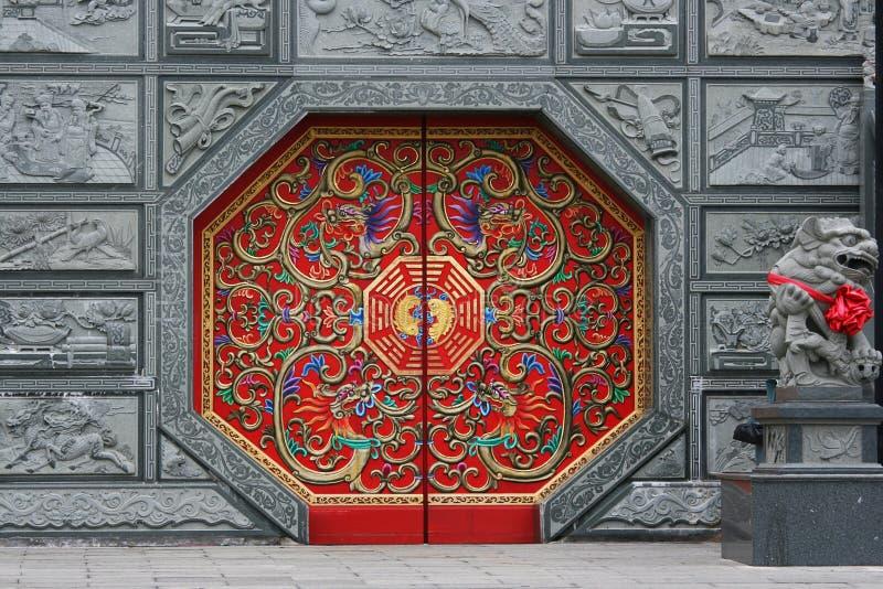 Rote chinesische Tür lizenzfreie stockfotografie