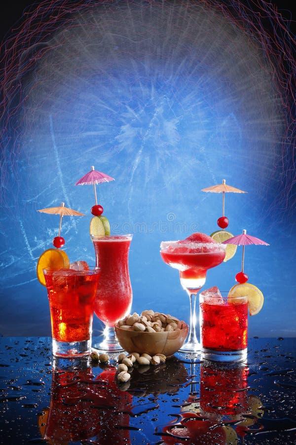 Rote Cocktails auf Blau stockbilder