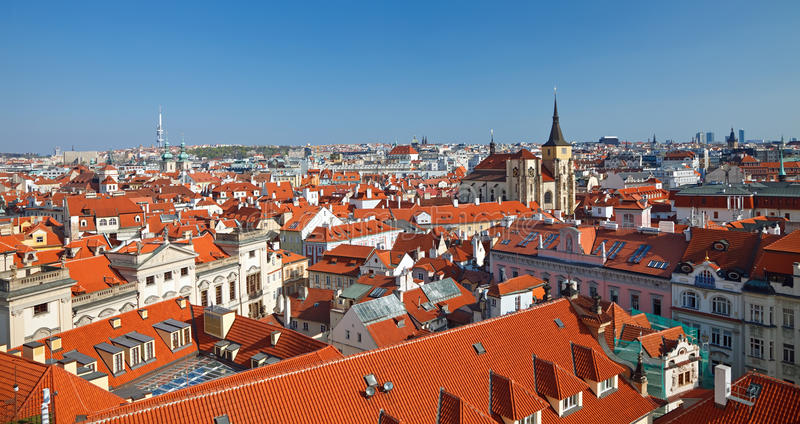 Rote Dächer der alten Stadt, Prag stockbild