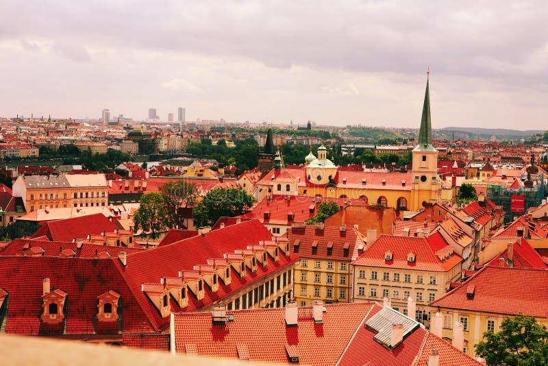 Rote Dächer der alten Stadt Prag stockfoto