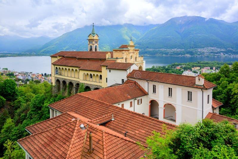 Rote Dächer von Madonna Del Sasso Church, Locarno, die Schweiz stockfotos