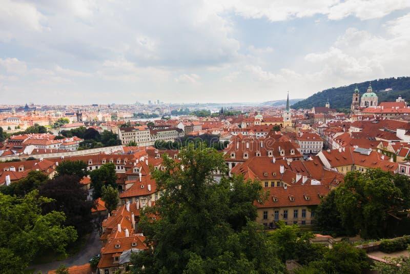 Rote Dächer von Prag-Stadt stockbild
