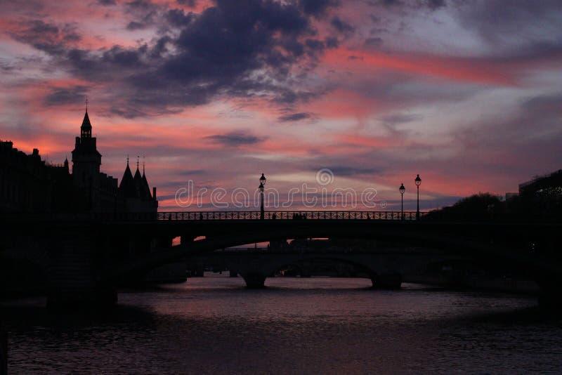Rote Dämmerung der Seines lizenzfreie stockfotografie