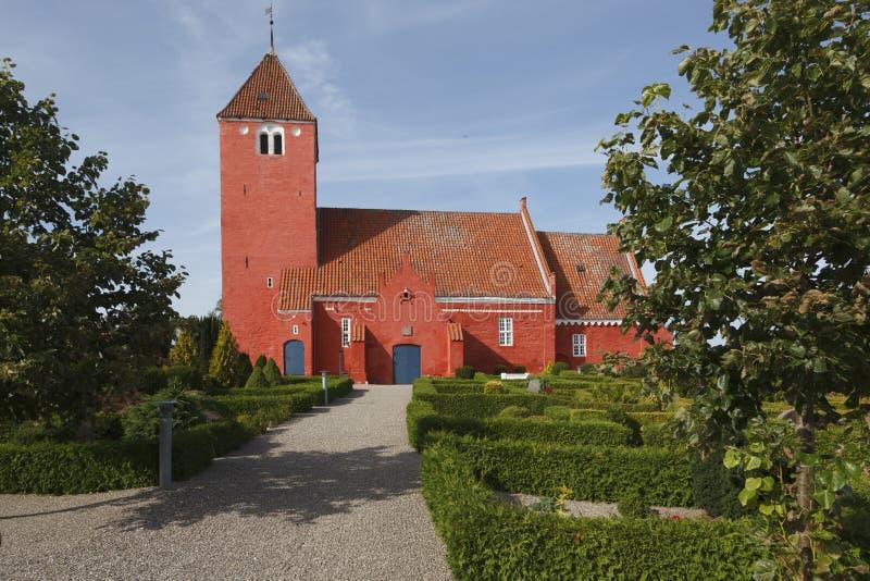 Rote dänische Kirche lizenzfreie stockbilder