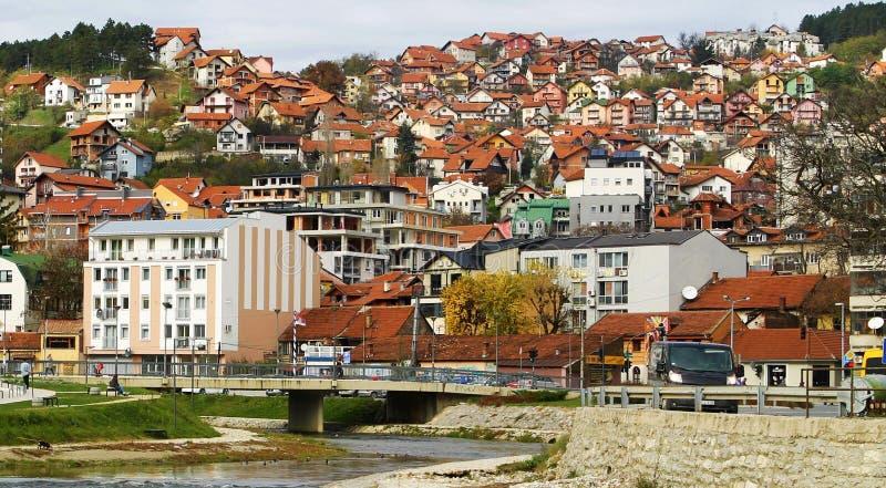 Rote Dachspitzen des Serben Uzhitse stockbild