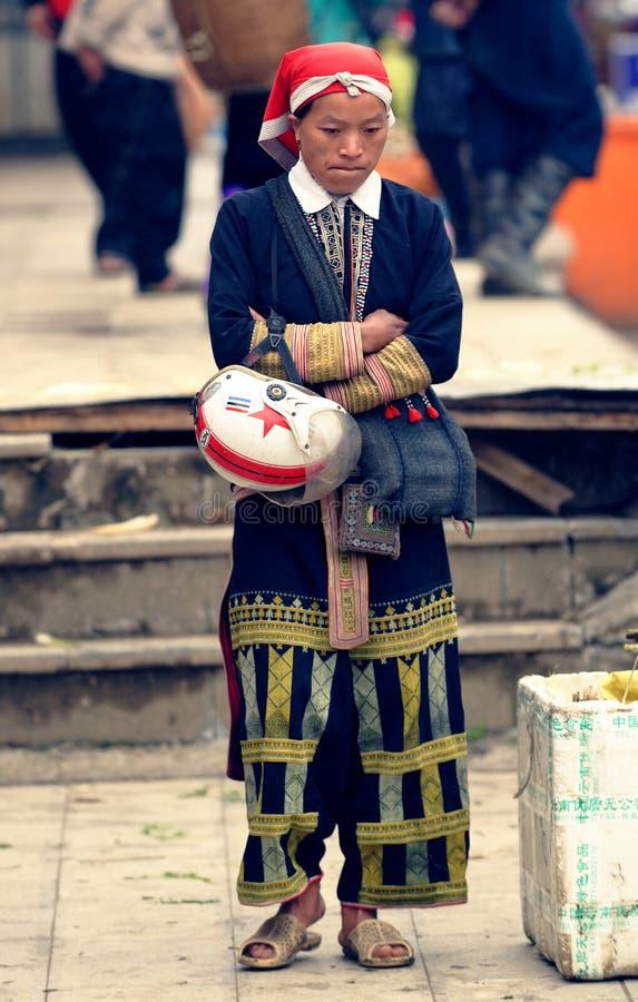 Rote Dao-Frau am Markt lizenzfreies stockfoto