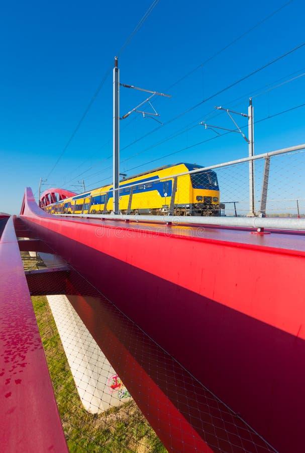 Rote Eisenbahnbrücke lizenzfreies stockfoto