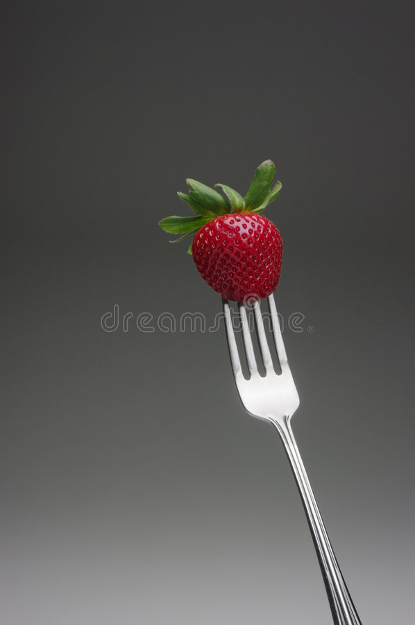 Rote Erdbeere auf der Gabel, horizontal lizenzfreies stockfoto