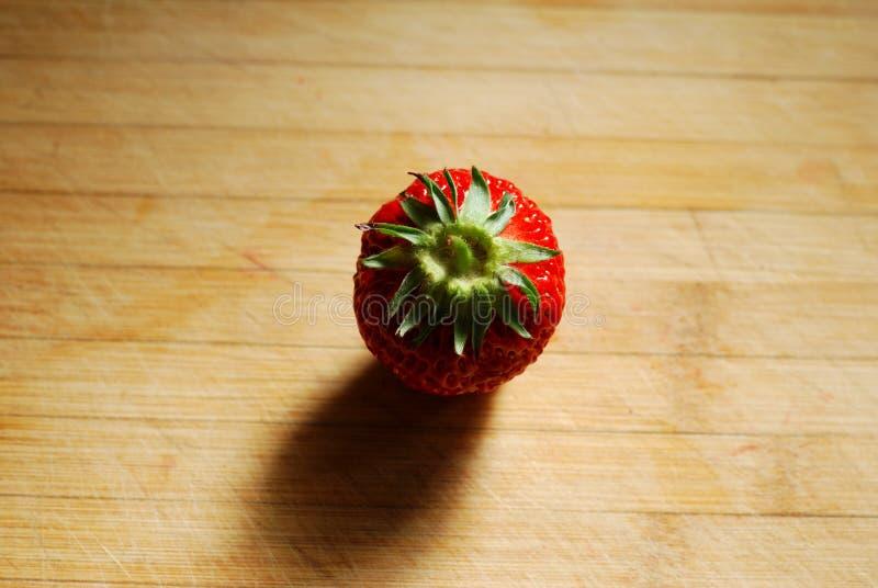 Erdbeere Auf Einem Hackenden Brett Stockfotografie