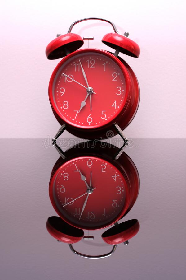 Rote Erinnerung um 7 Uhr stockfoto