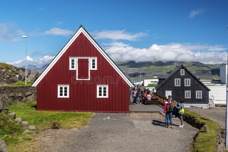 Rote Farb-Seiten- Teil hölzernes Gebäude Langabud, das älteste in Djupivogur-Stadt in Ost-Island, wirklich Restaurant und lizenzfreie stockfotos