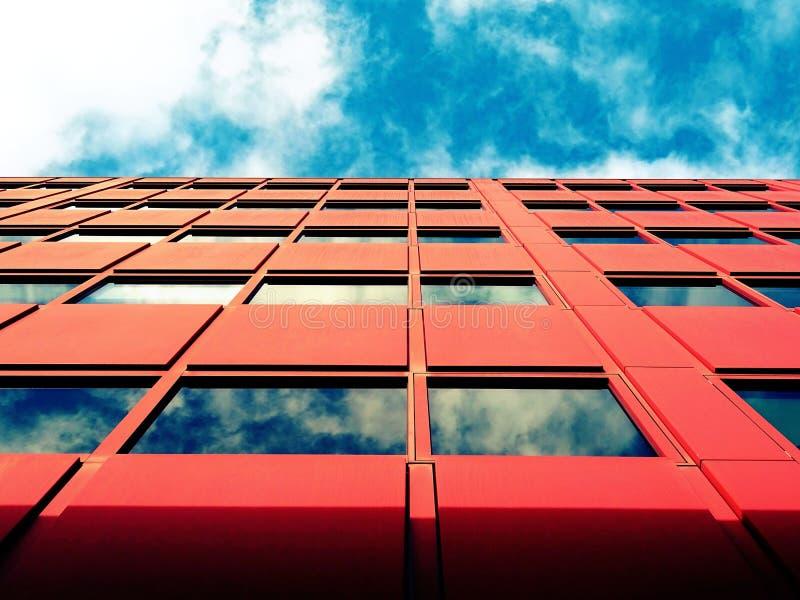 Rote Fassade des Bürohauses